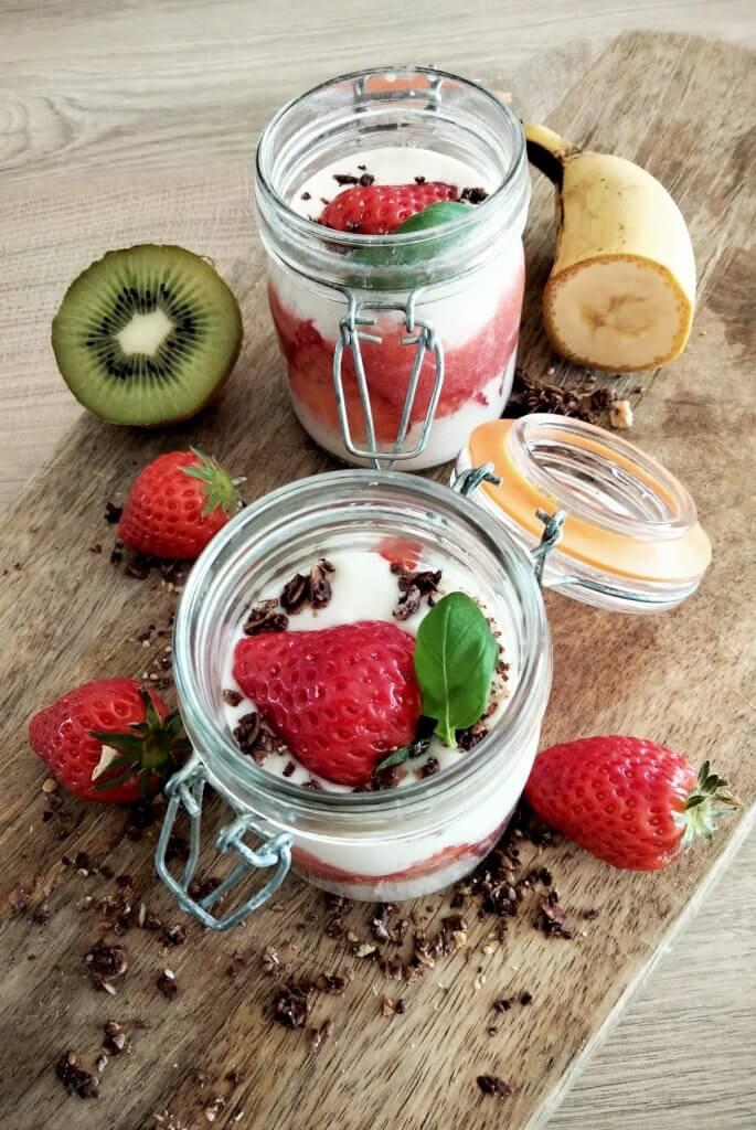 Yaourt végétal et fraises dans bocal